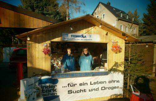 Tombola der Leichtathleten auf dem Großolbersdorfer Weihnachtsmarkt. (Nadine Beck und Manja Groß)