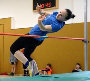 Mit 1,35 Metern landete Lisa Richter (SV 1870 Großolbersdorf) in der U 18 auf Platz 2. Vertreten war der Gastgeber-Verein auch im Seniorenbereich. W-60-Siegerin Elke Grahnert kam auf 1,15 Meter.   Foto: Matthias Degen